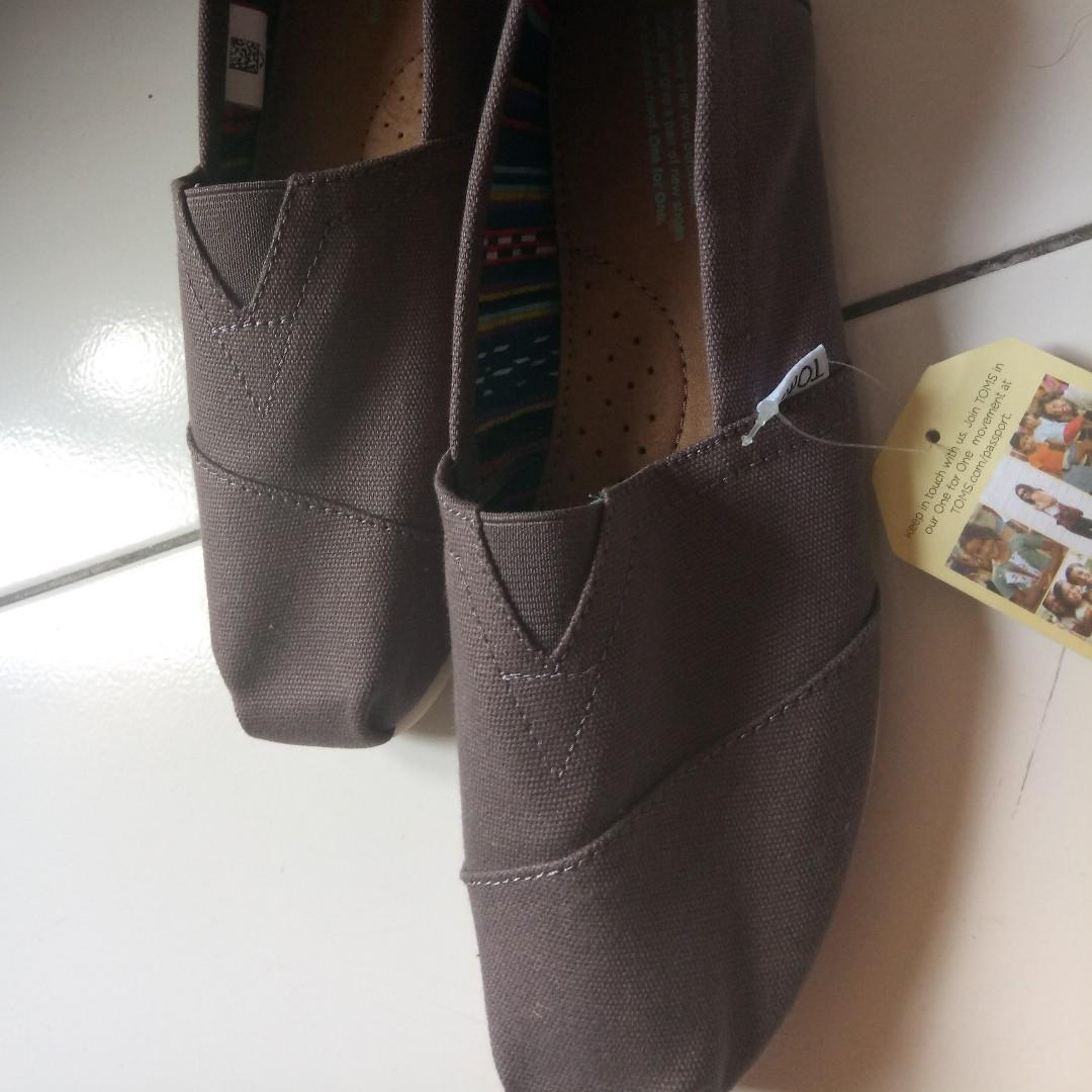 2 brand new Tom's shoes for sale. 350.00 IDR each