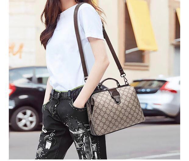 6d09c7839ad7d3 New! 2019 European American fashion handbag classic printing doctor ...