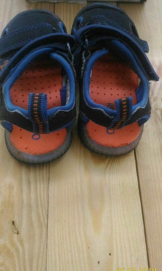 Sepatu sandal oshkosh