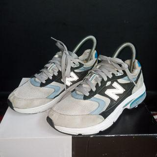 New balance 880 ➡️Color grey black ➡️Size 35 / 22cm ➡️Used, no original box ➡️Overall 85% condition ➡️ Insole hilang, kikis bagian tumit ➡️Made in Vietnam .