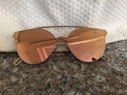 🚚 韓國品牌gentle monster太陽眼鏡 許多韓星配戴的品牌 購於韓國免稅店 本自用無留購買證明 不介意者在下標(誠可小議價)