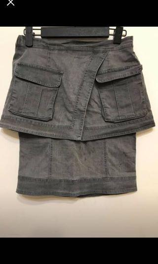 灰色及膝半截裙