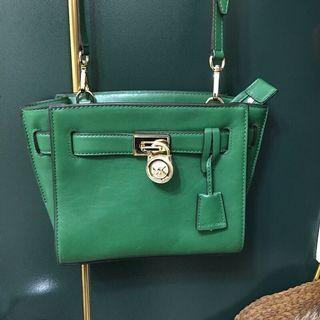🚚 MK綠色斜背包正品