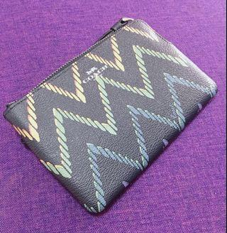 AUTHENTIC NEW COACH CORNER ZIP WRISTLET WITH GEO CHEVRON PRINT (COACH F67553)