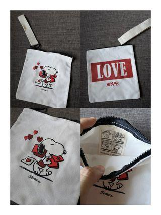 Innisfree x snoopy pretty pouch