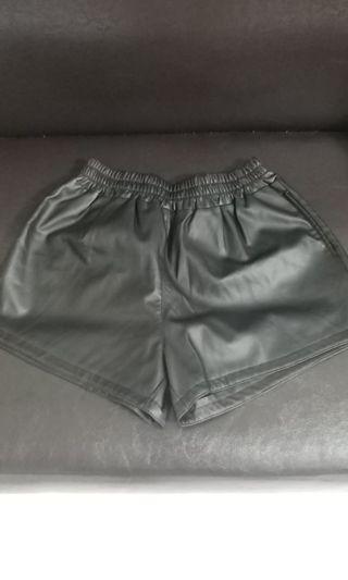 黑色皮革短褲@$45