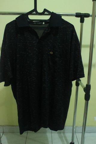 Kaos berkerah warna hitam bermotif
