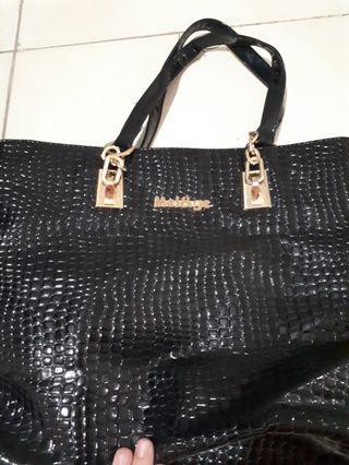 Tas hitam motif kulit