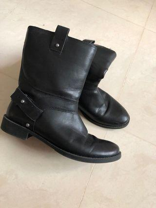 🚚 Mid length boots