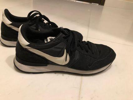 Like new NIKE sneakers for sale!