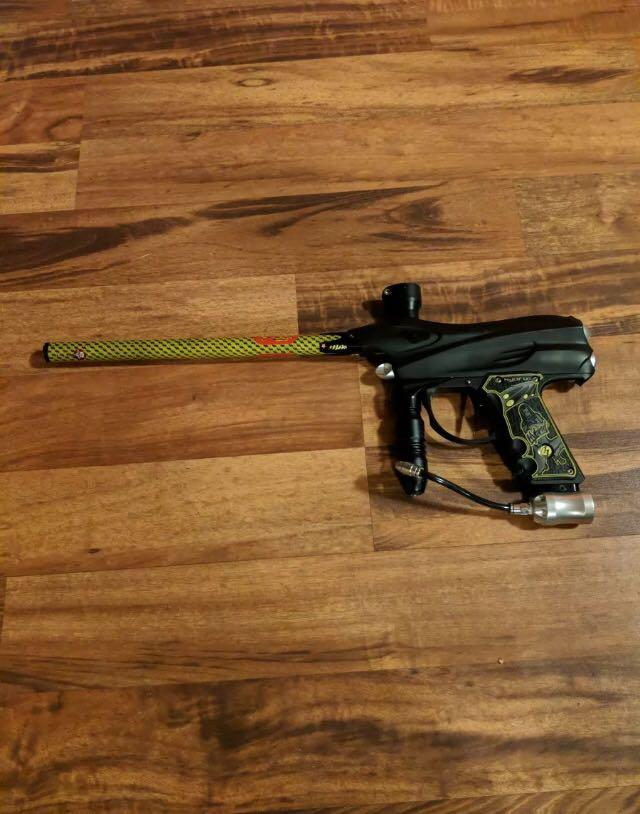 Dye dm4 paintball gun with virtue board stiffi barrel