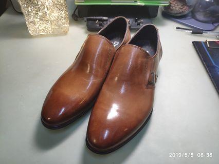 真皮皮鞋,尺碼40.  250