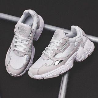 Adidas falcon 白色