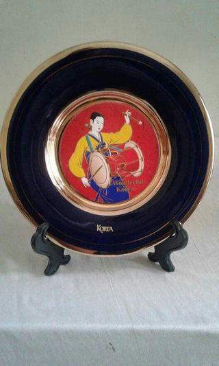 Wonderful KOREA Bahan Porcelen Motif Gambar dan Tulisan Timbul List Gold masih utuh Warna Biru Cobalt Diameter 19,5 cm