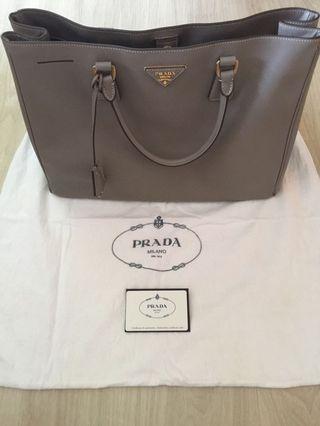 🚚 Pre-loved Prada Saffiano Bag