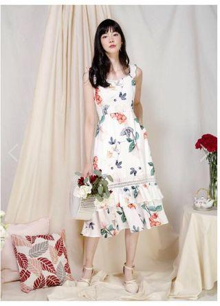ENTICE DOUBLE HEM FLORAL DRESS (WHITE)