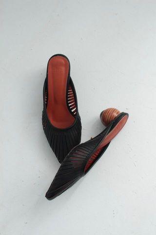 🚚 圓木根尖頭鞋
