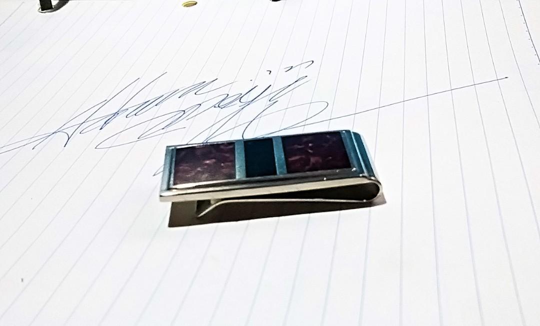 """1992年美國旅行時購買之物品""""迷蹤綠色纸幣夾,保存至今""""付註:沒有原裝纸盒."""