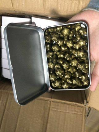🚚 金色星星蠟粒90顆一盒 附鐵盒