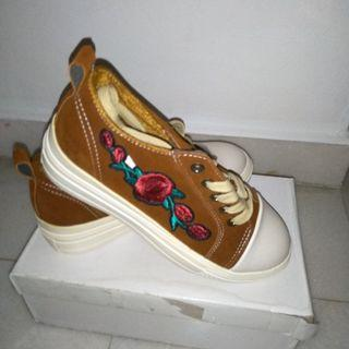 Fashion flower embroidery shoes