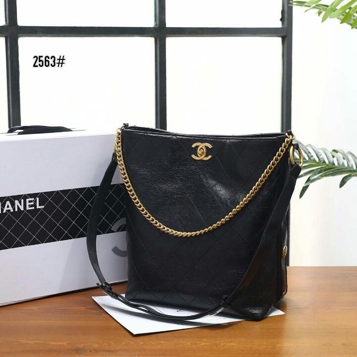 Chanel Calfskin Hobo Bag 2563#  H 800rb  Bahan kulit (calfskin leather) Dalaman kain satin Kwalitas High Premium AAA Tas uk 24x13x30cm Berat dengan box 2 kg  Warna : -Black Include Box Chanel