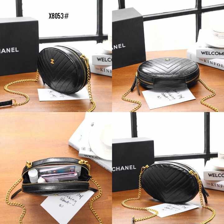 Chanel La Pausa Evening Bag X8053#  H 670rb  Bahan kulit sapi Dalaman kain tebal Kwalitas High Premium AAA Tas uk 20x4,5x14cm Berat dengan box 0,9kg  Warna : -Black Include Box Chanel