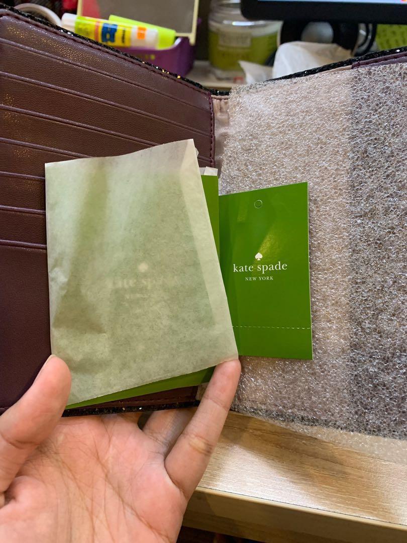 Kate Spade Paspor Holder. ( bisa di pake untuk dompet juga atau card holder) it's brand new , blm pernah di pakai sama sekali cuma di buka aja oleh oleh dari UK di rupiahin almost sejuta. 100% original
