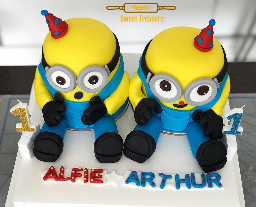 Twin minion cakes