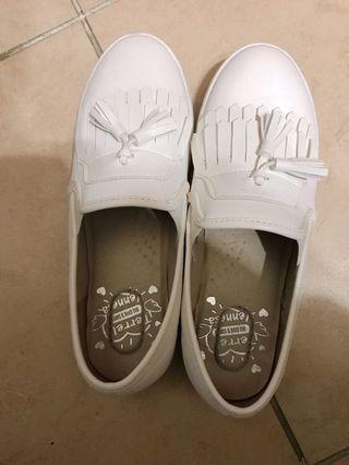 🚚 皮面流蘇小白鞋