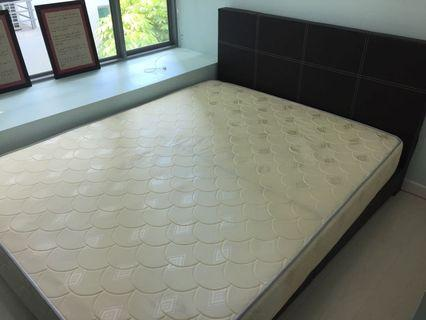🚚 Queen size bedframe with mattress