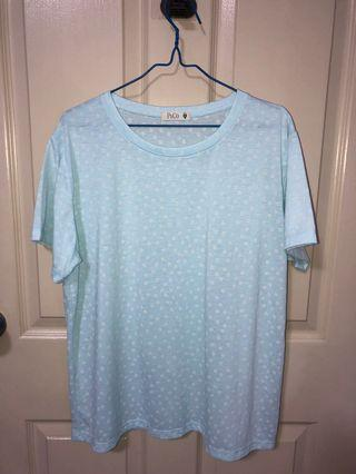 🚚 Light blue tee with white flower print