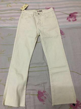 白色直筒微喇叭牛仔褲