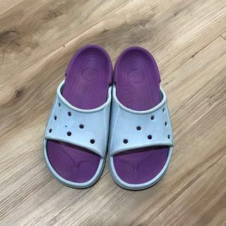 Sendal Crocs Slip on sz J1. Warna biru kombinasi ungu. Dr ujung ke ujung 22cm.