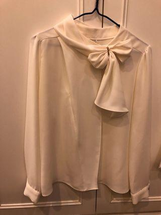 🚚 白色氣質款珍珠飾結襯衫