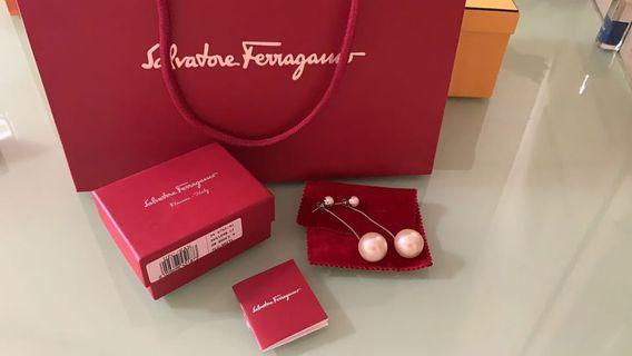 🚚 Ferragamo pearl earrings