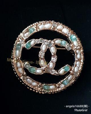 【My Boutique-珍品屋】全配附購證影本~Chanel CC Logo鑲圓形外圈 香檳金別針~鑲嵌珍珠 水鑽 綠寶石 ~有珠寶等級設計質感~非常美麗典雅