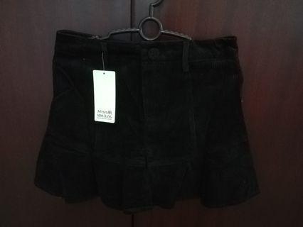 Ribbed flounce mini black skirt