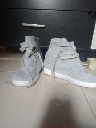 Sepatu bot kanbas cuco
