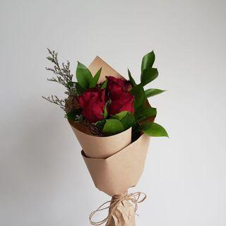 🚚 [Cheap af.] <out of stock> $5 only. 3 stalk red rose slim bouquet
