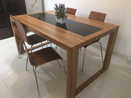 Meja makan dan kursi makan