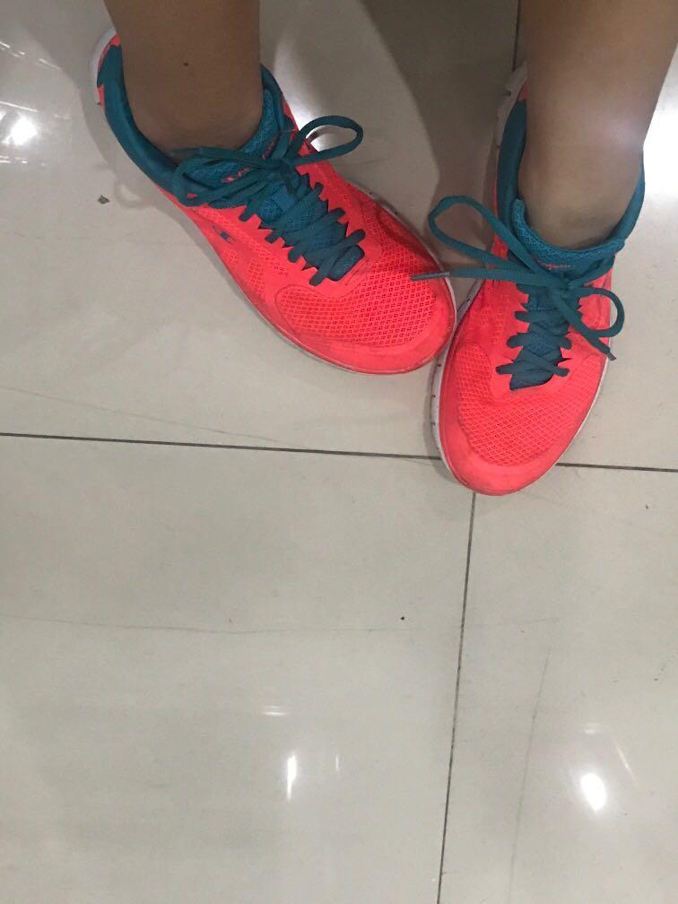 Champion sepatu lari