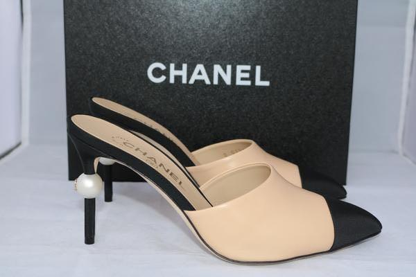 CHANEL runway beige/black leather mules