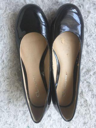 Black pump shoes