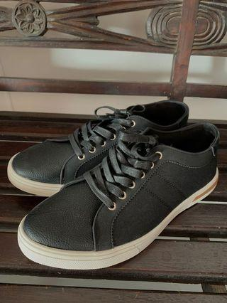 🚚 Zalora black shoes