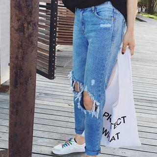 🚚 knee ripped boyfriend jeans