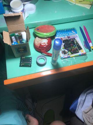 原子筆兩枝,簿一本,膠水一支,電池,錢包兩個,圖案膠紙,蠟筆小新禮合