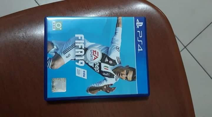 PS4 WITH FIFA 19 AND ONE CONTROLLER