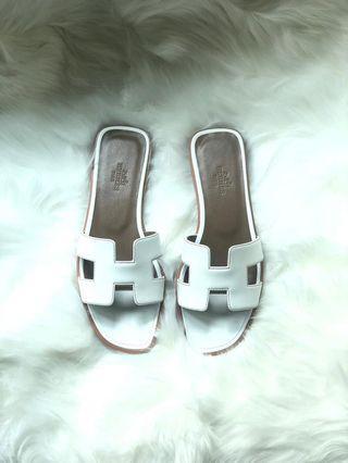 Hermes Oran 白色平底拖鞋