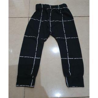 Celana panjang hitam bagi 6-9 bulan