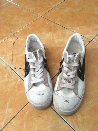 Sepatu unik Alexis
